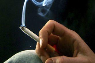 Khi cầm điếu thuốc hút, hãy nhớ tới đứa con ...
