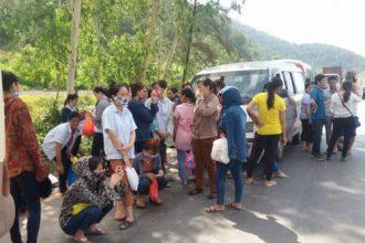 Hàng ngàn công nhân bị chặn đường đến công ty ...