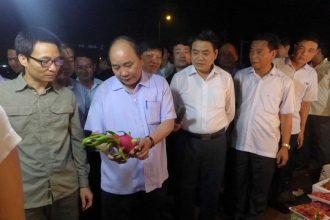 """Thủ tướng bất ngờ """"vi hành"""" chợ Long Biên, ruộng ..."""