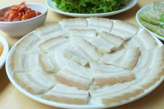 Để thịt luộc thơm và trắng, bạn chỉ cần thêm ...