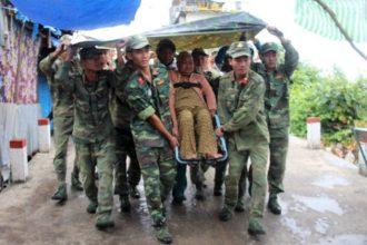 """Bộ đội dầm mưa đưa cụ già """"liều chết ở ..."""