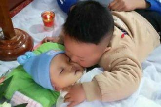 Rơi lệ trước bức ảnh bé trai hôn tạm biệt em đã mất lần cuối ...