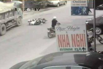 Cú đánh lái ngoạn mục giữ mạng cho 2 nữ ...