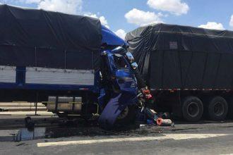 Xe tải bẹp dúm, tài xế tử vong khi đâm ...
